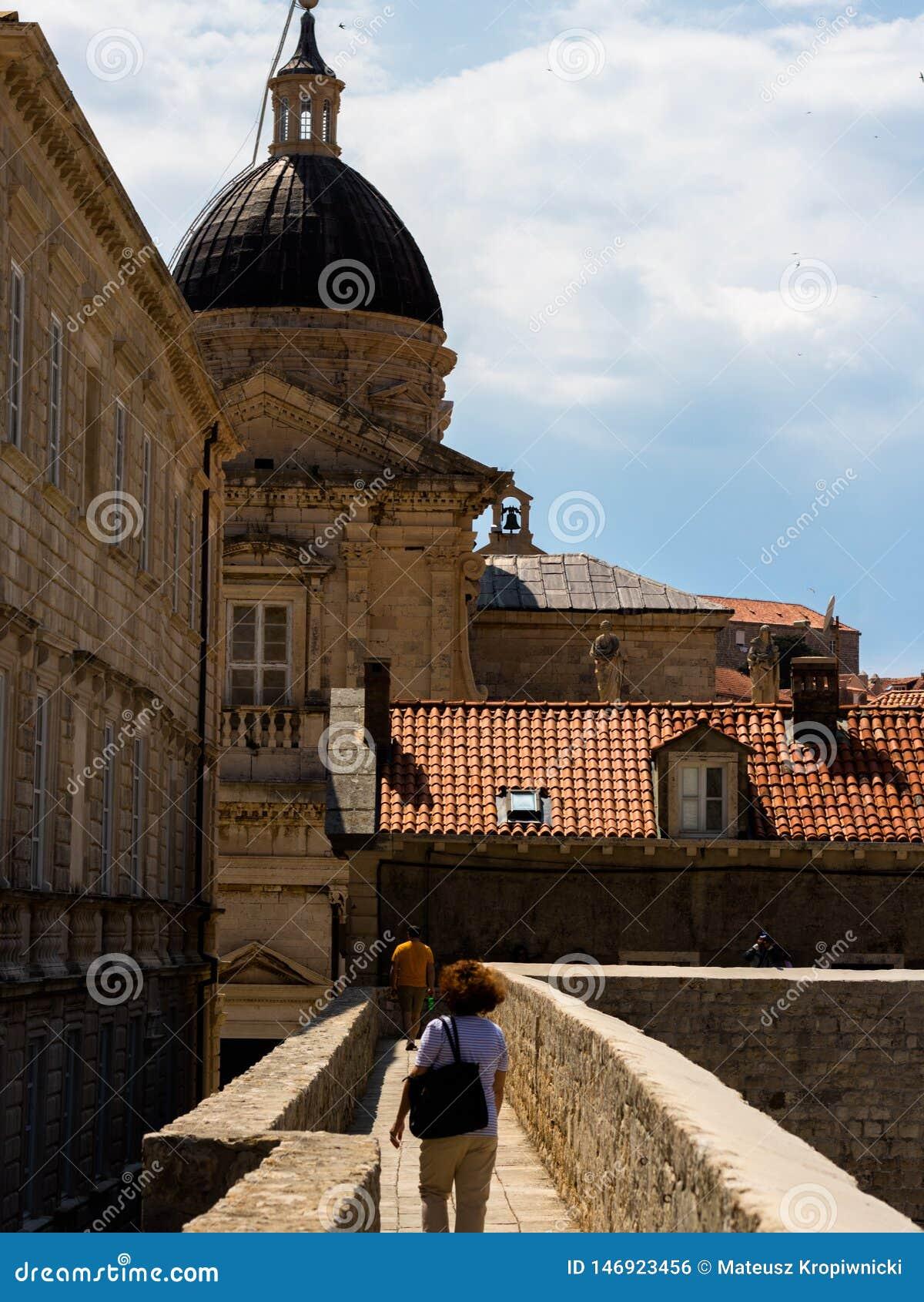Отключение вокруг городка стен окружающего старого Дубровника