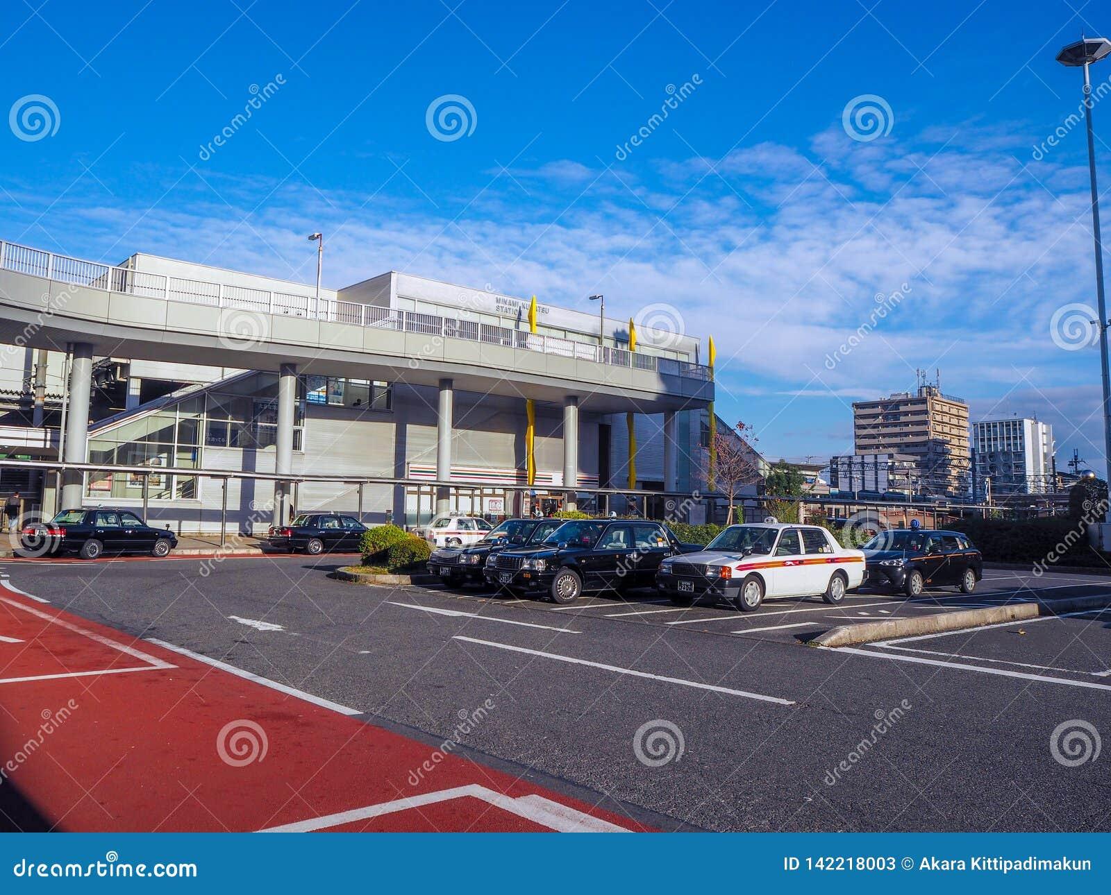 Открытая автостоянка перед вокзалом