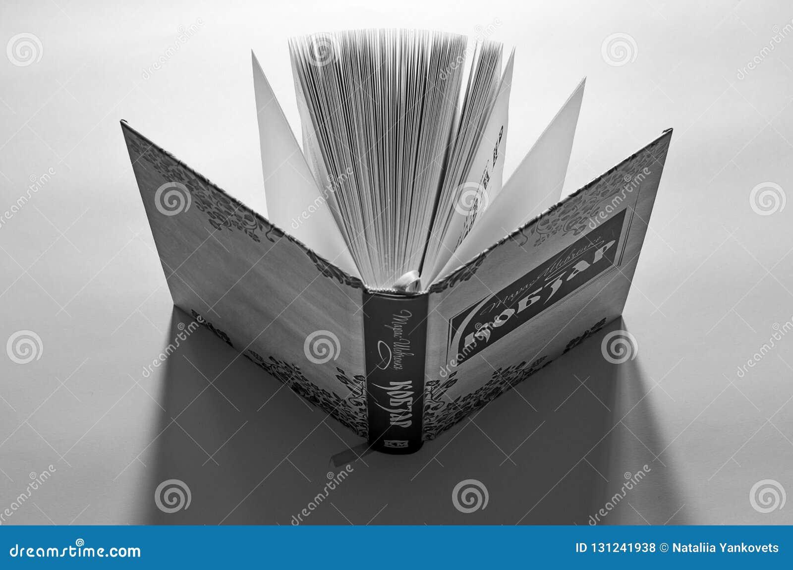 Открытая книга Kobzar стоит на рабочем столе готовом для чтения