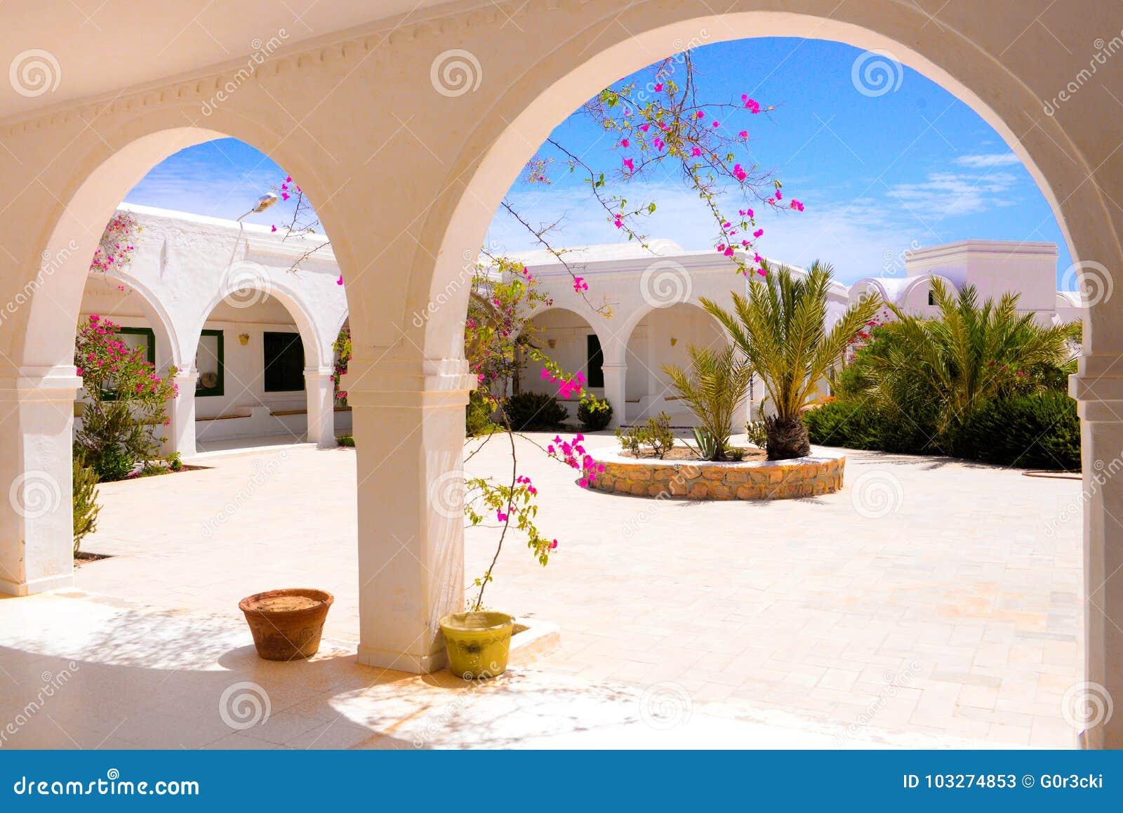 Открытая терраса с розовыми цветками бугинвилии, музей Джербы, Тунис