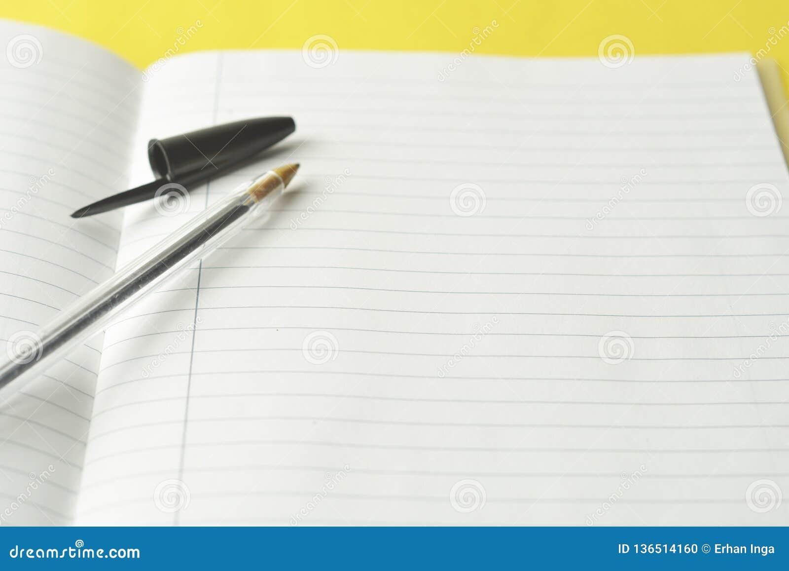 Открытая тетрадь, пустая страница для текста, на желтой предпосылке Космос для текста Концепция офиса, дела или образования