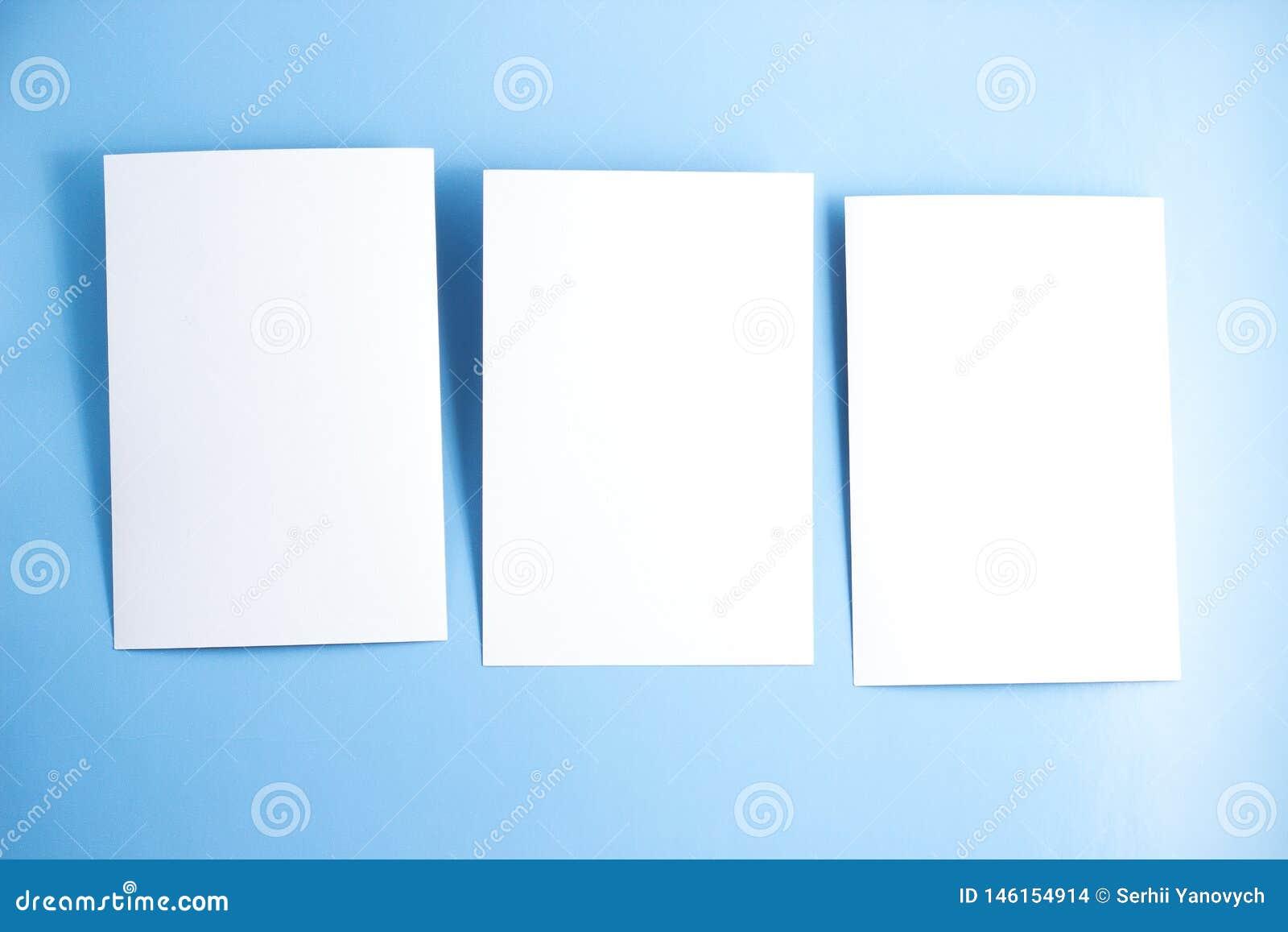3 открытки пробелов белых/летчики/модель-макета приглашений на голубой предпосылке
