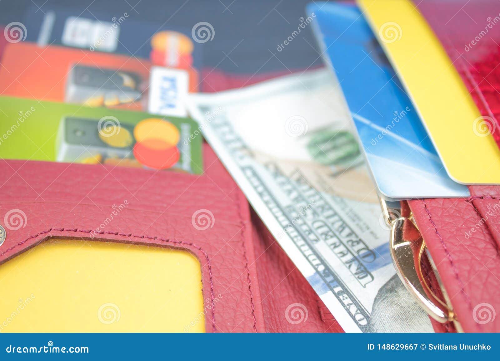 Открытый бумажник с картами и долларовыми банкнотами банка