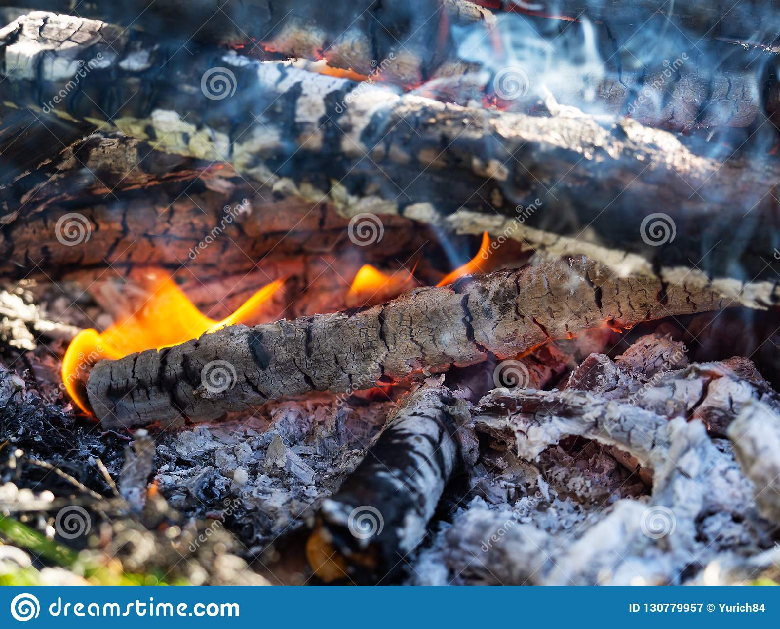Открытый огонь с горячим горением с ярким оранжевым пламенем, концом золы и угля вверх