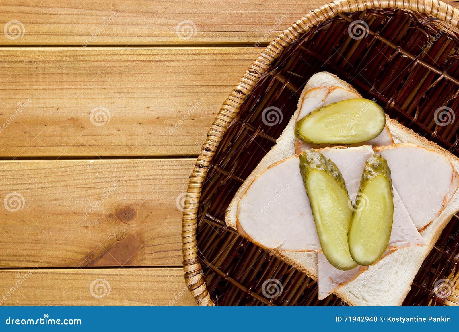 Открытый сандвич в плетеной корзине