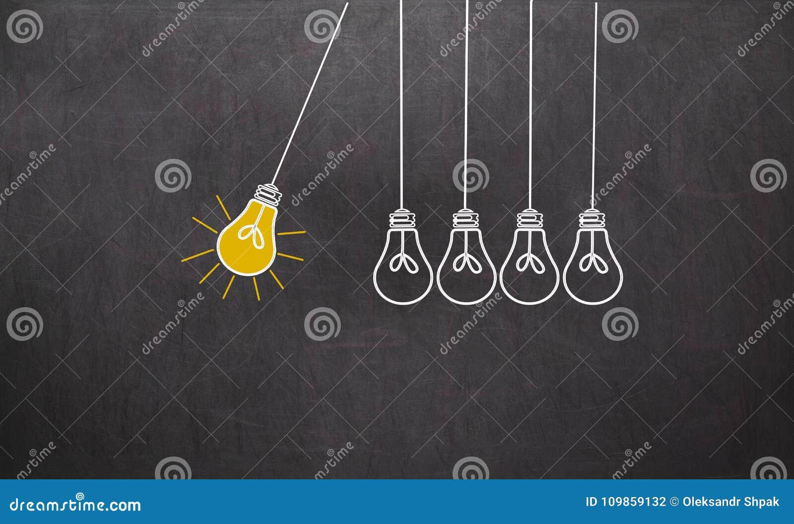 отличная идея Концепция творческих способностей с электрическими лампочками на доске