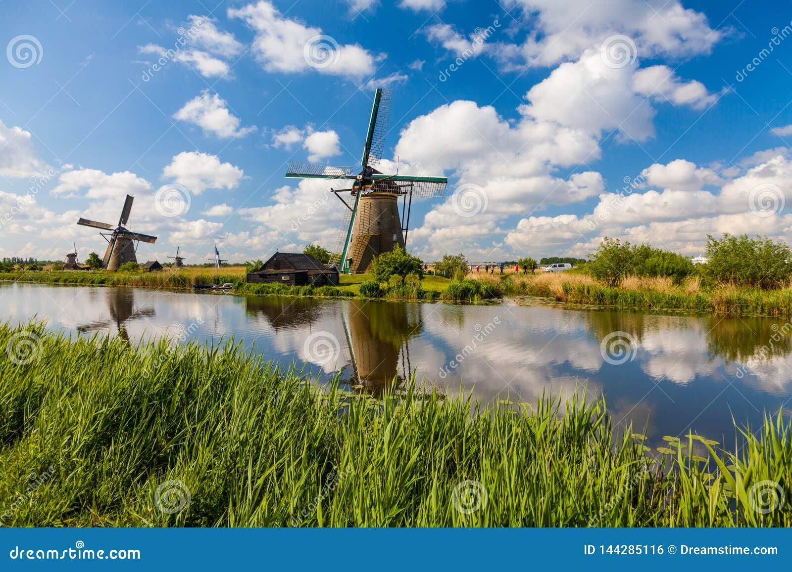 Отражение ветрянок Kinderdijk в Нидерланд