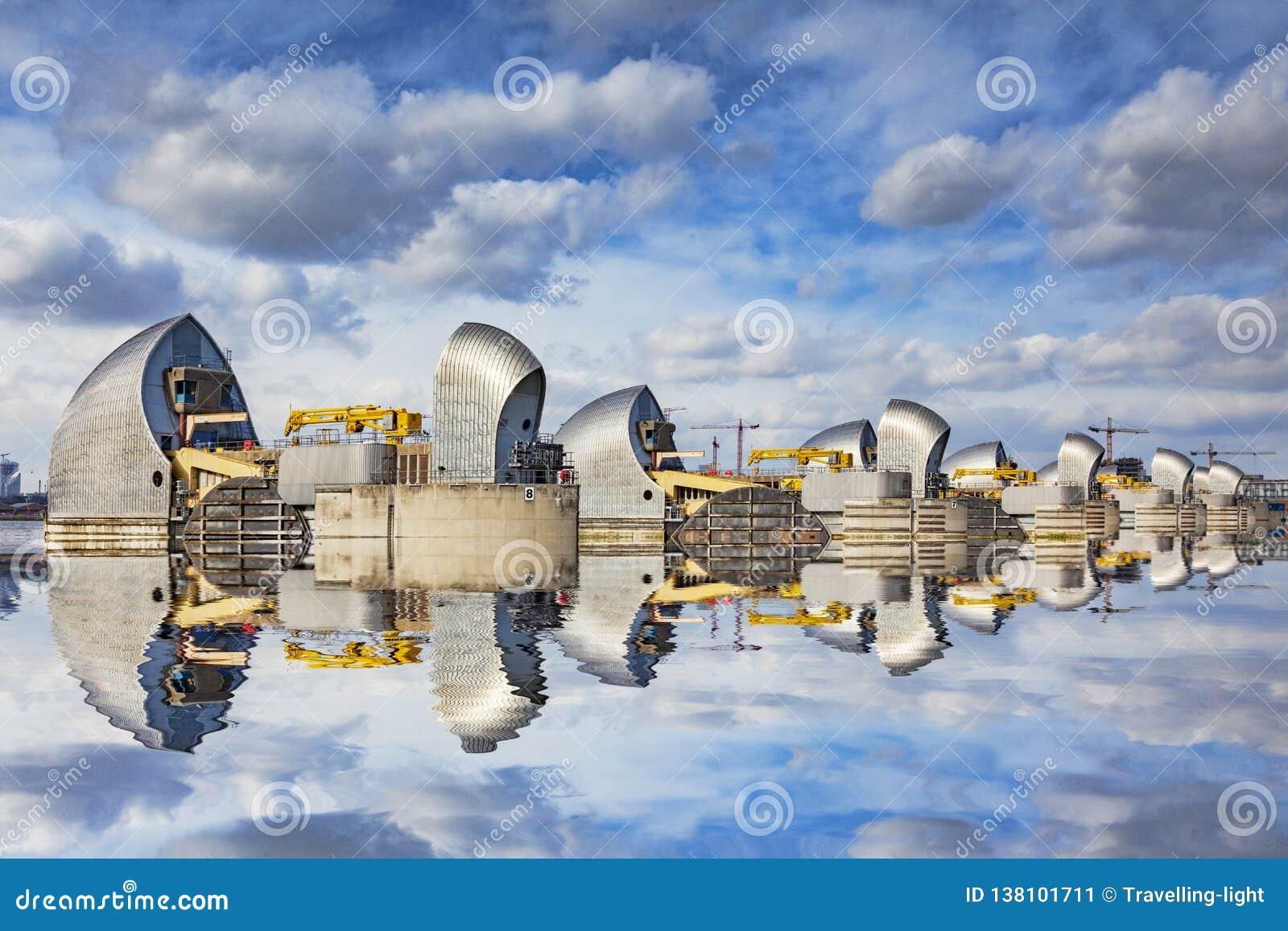Отражение Лондон Великобритания барьера Темза