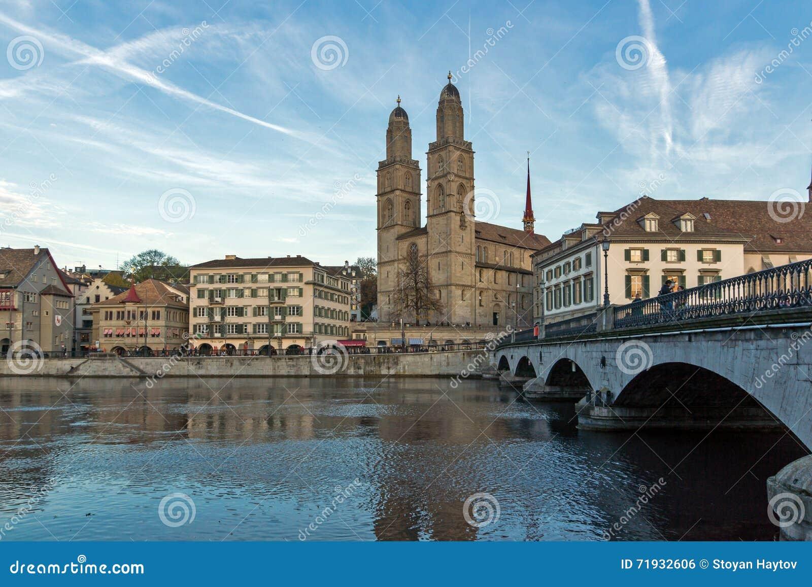 Отражение церков Grossmunster в реке Limmat, городе Цюриха, Швейцарии
