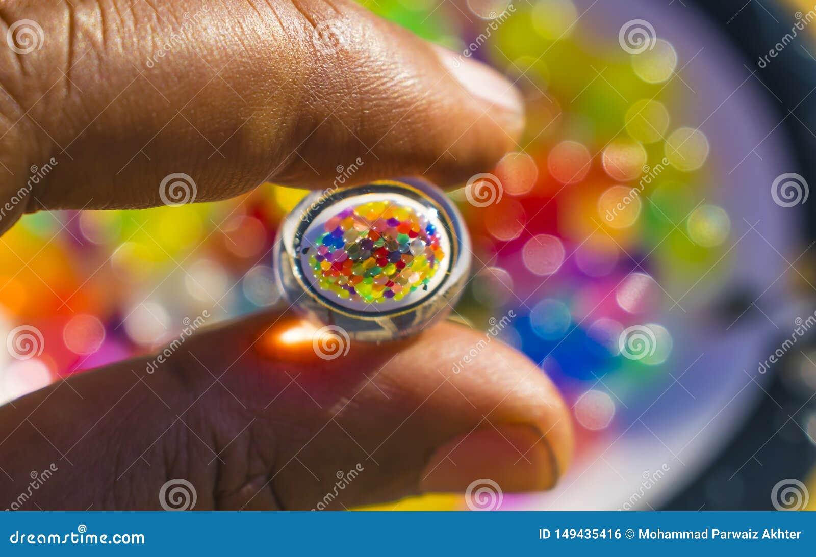 Отражение шариков цвета в гидро шарике геля