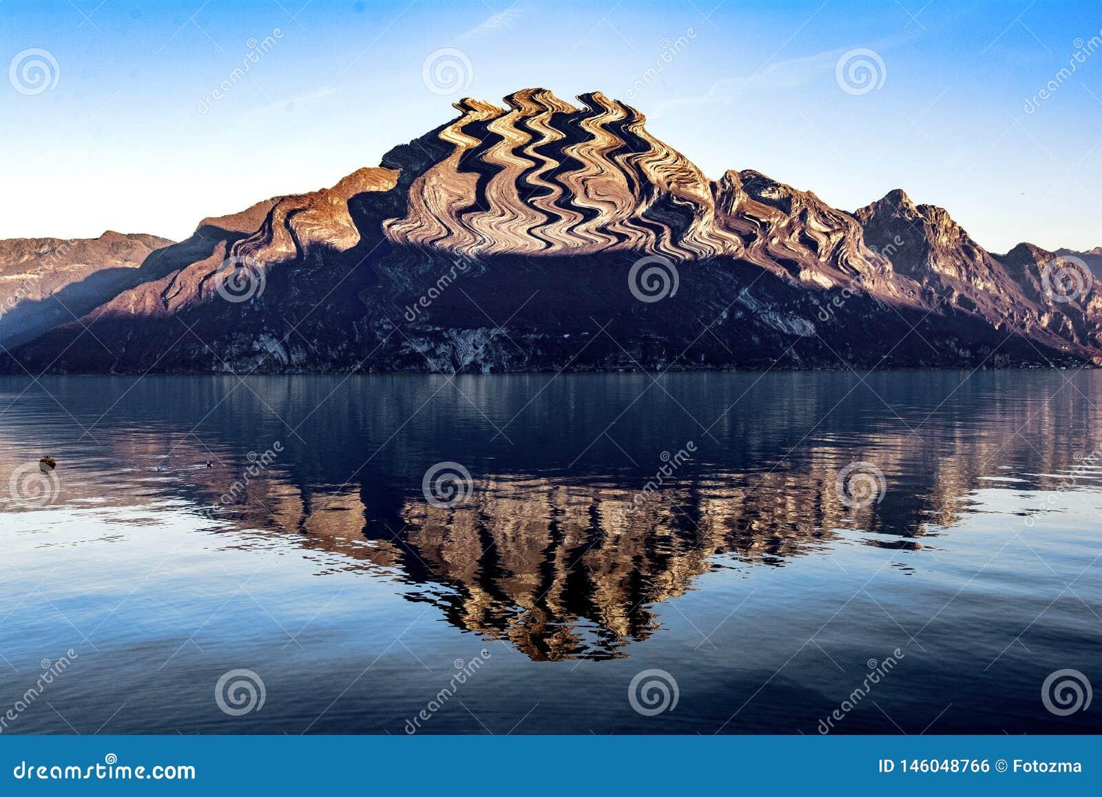 Отраженная гора