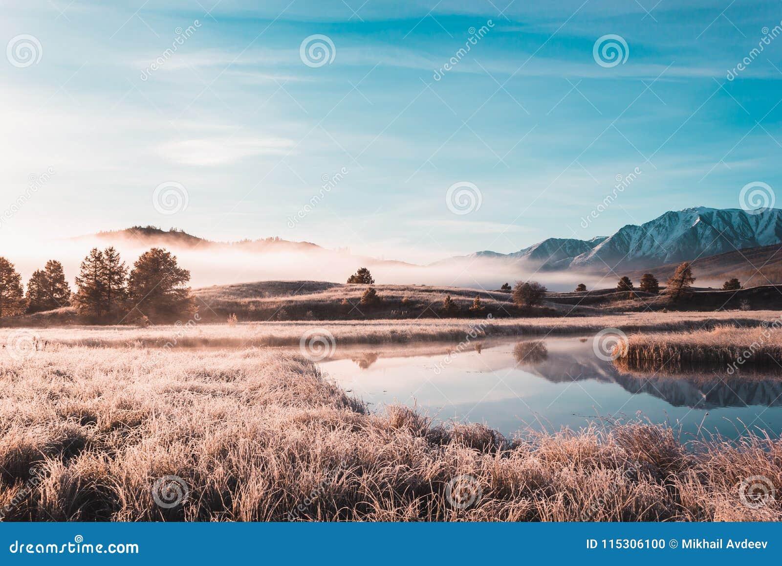 Отразите поверхность озера в долине горы