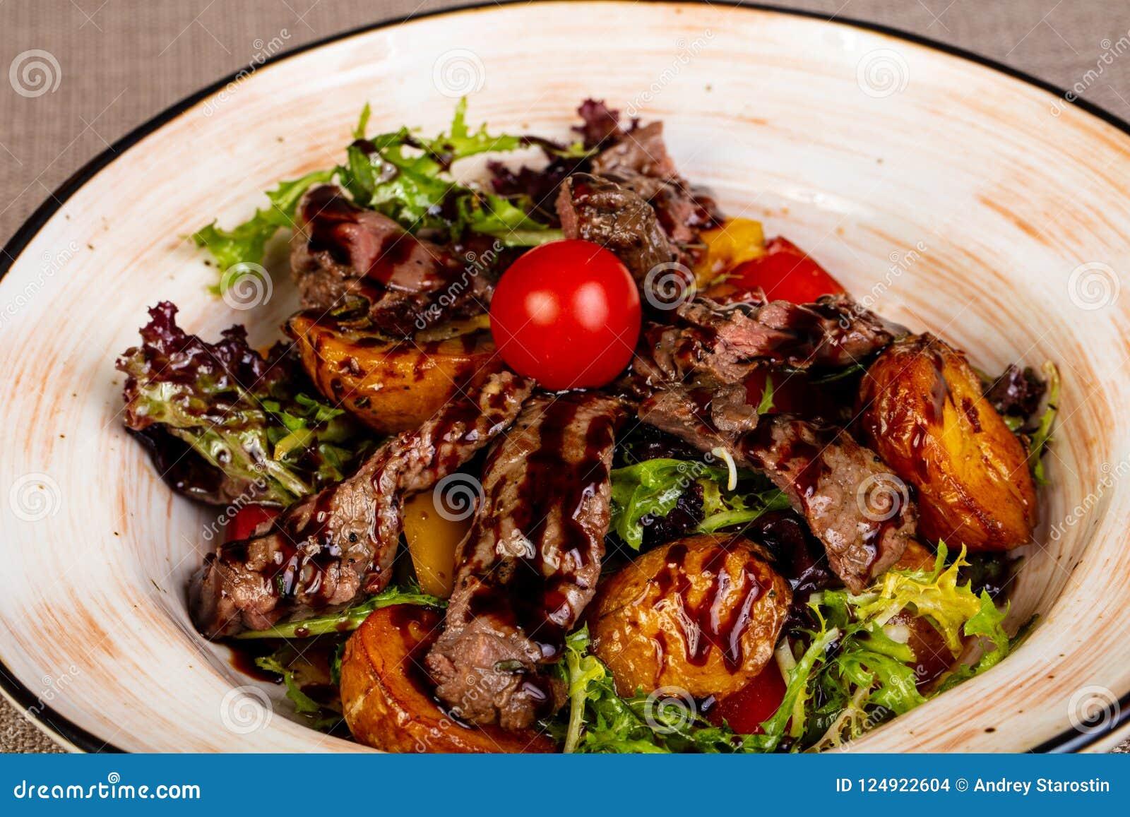 Отрезанный стейк говядины с картошкой