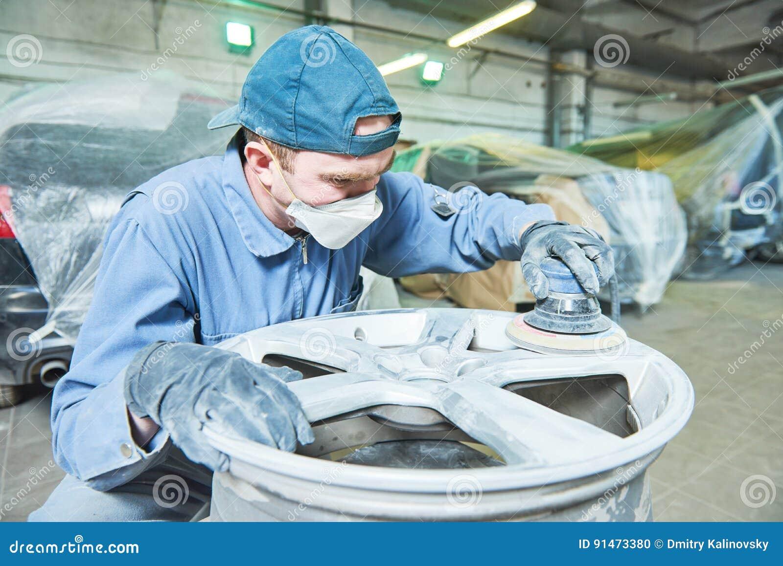 Отремонтируйте работника механика с оправой диска колеса автомобиля светлого сплава
