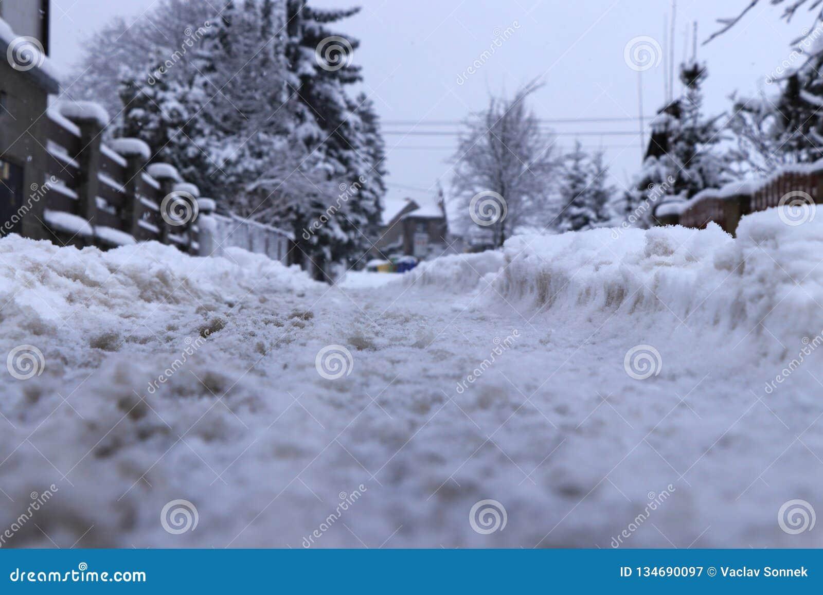 Отслеживает в снег на деревне Я иду снег и никто очищая дороги Каждый должен быть заботой
