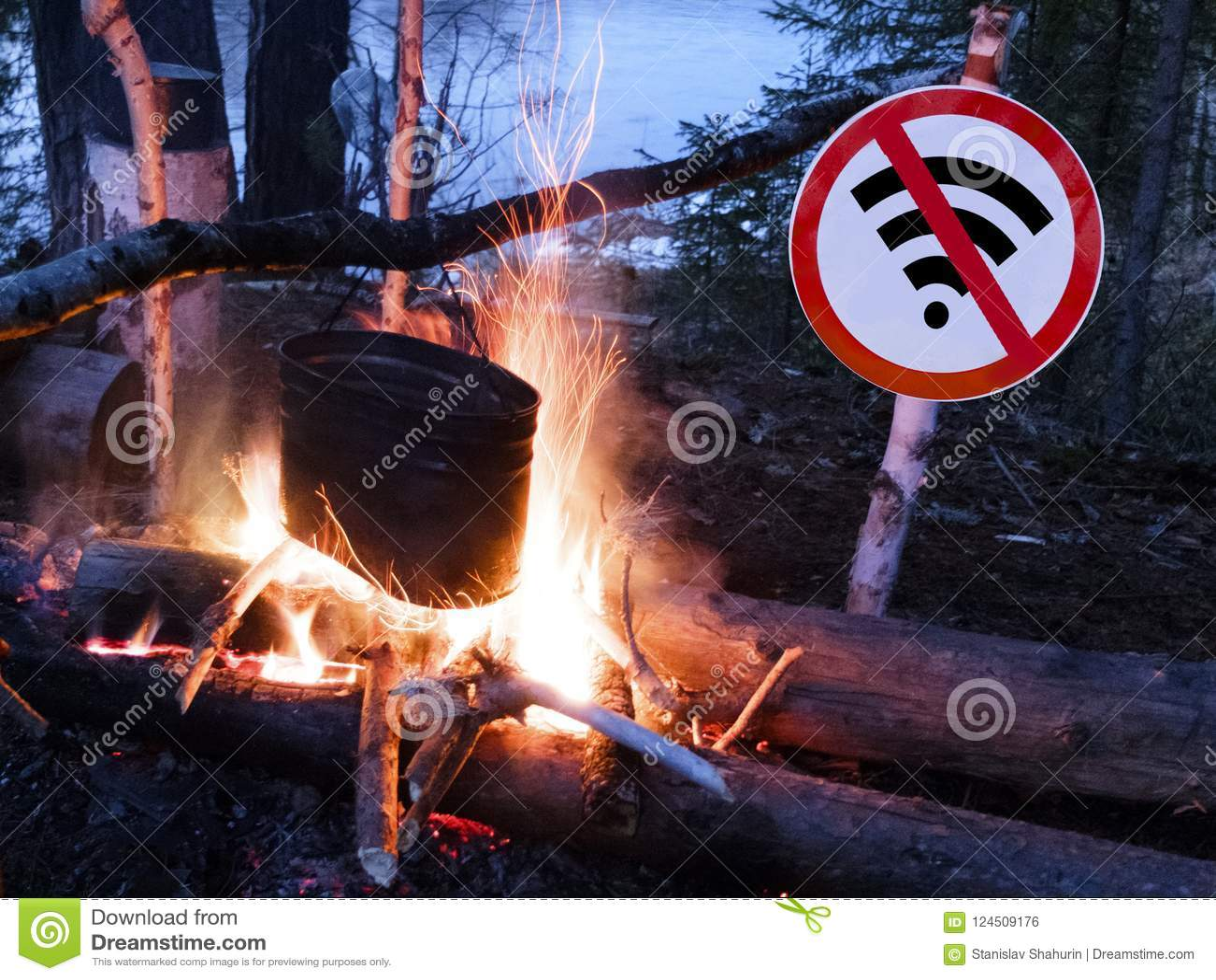 Отсутствие знака wifi около огня и бака на пляже цифровые концепция и пролом вытрезвителя от технологии