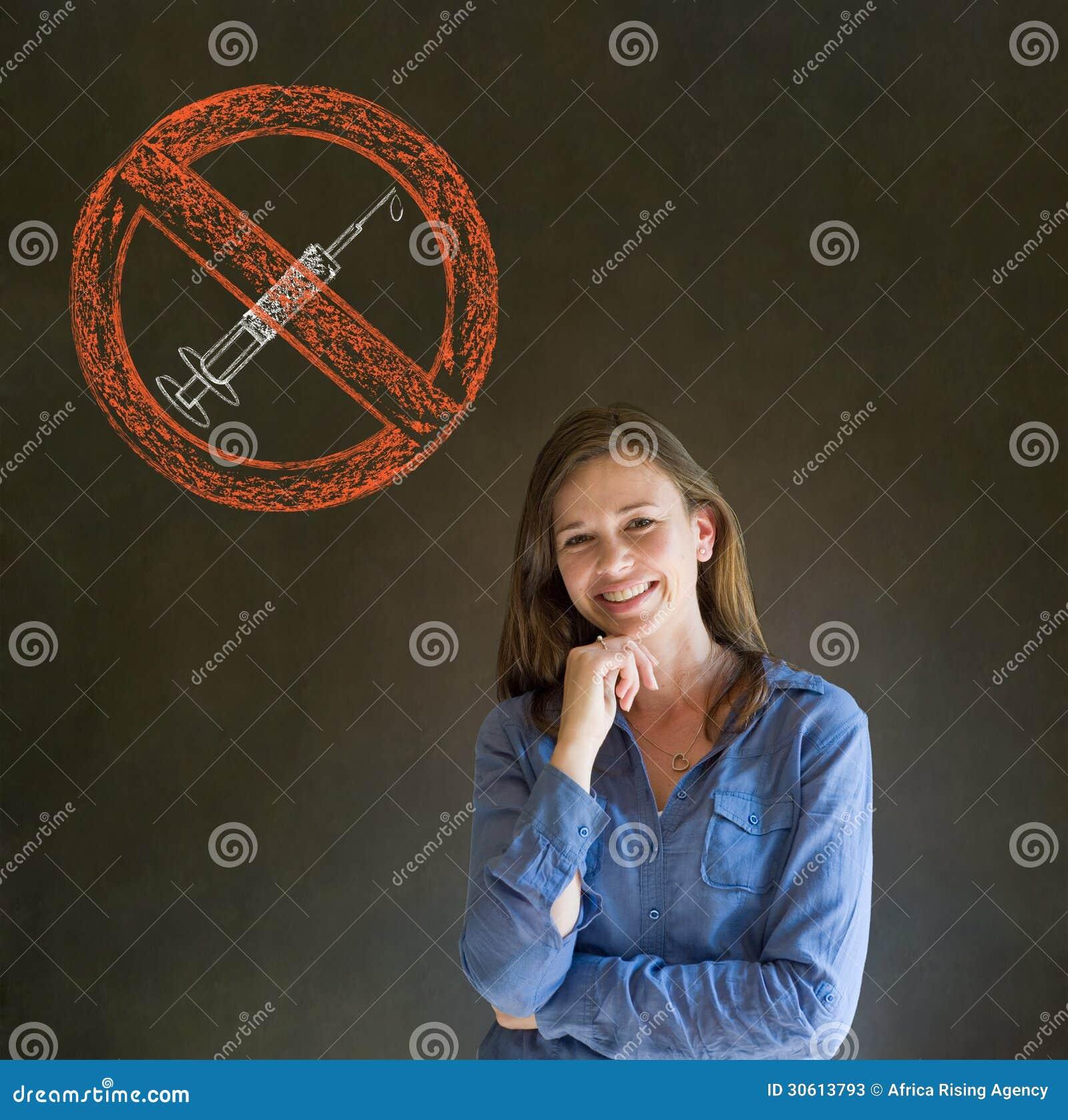 Отсутствие руки женщины лекарств усмехаясь на подбородке на предпосылке классн классного