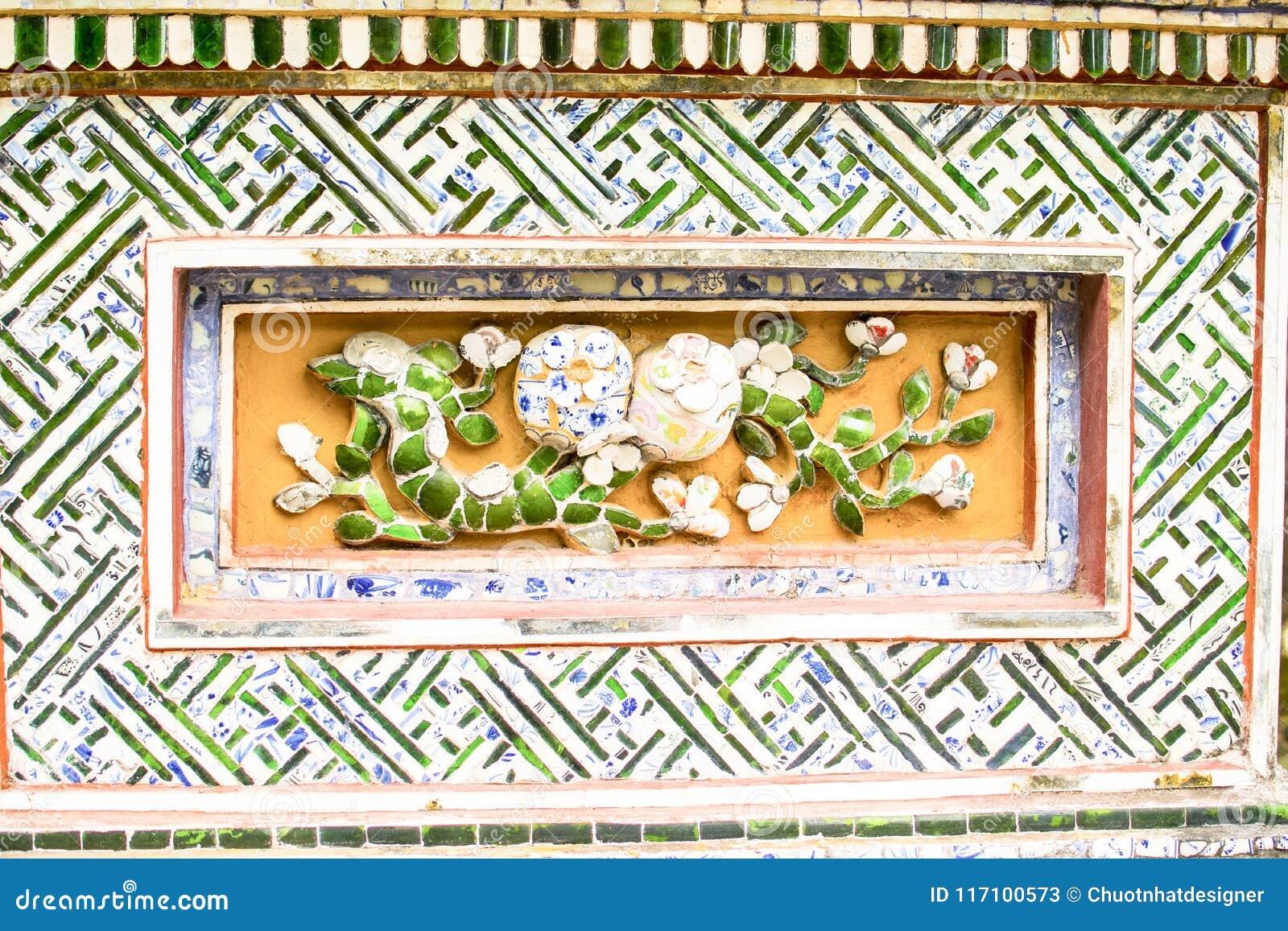 ОТТЕНОК, ВЬЕТНАМ, 28-ое апреля 2018: Часть старой стены с старым декоративным элементом Вьетнам