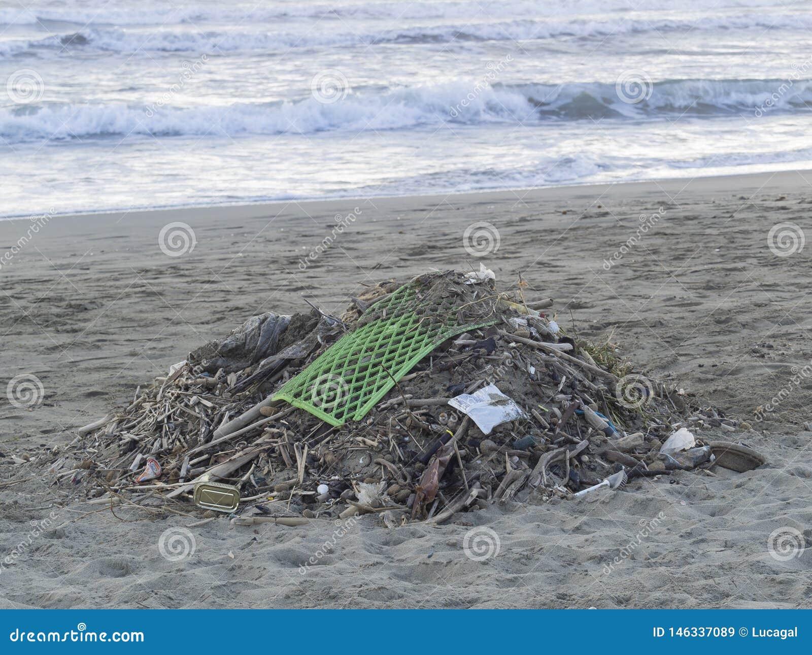 Отход на пляже: серии пластикового причиняя загрязнения моря