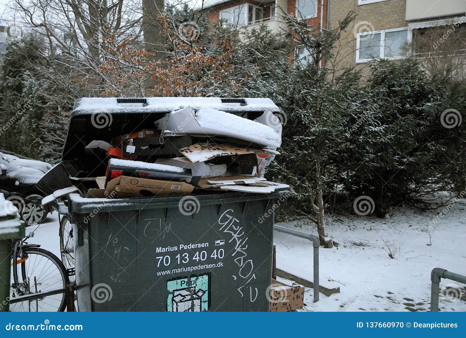 Отход попа, который не будут, который извлекли должным снегом o падает погода