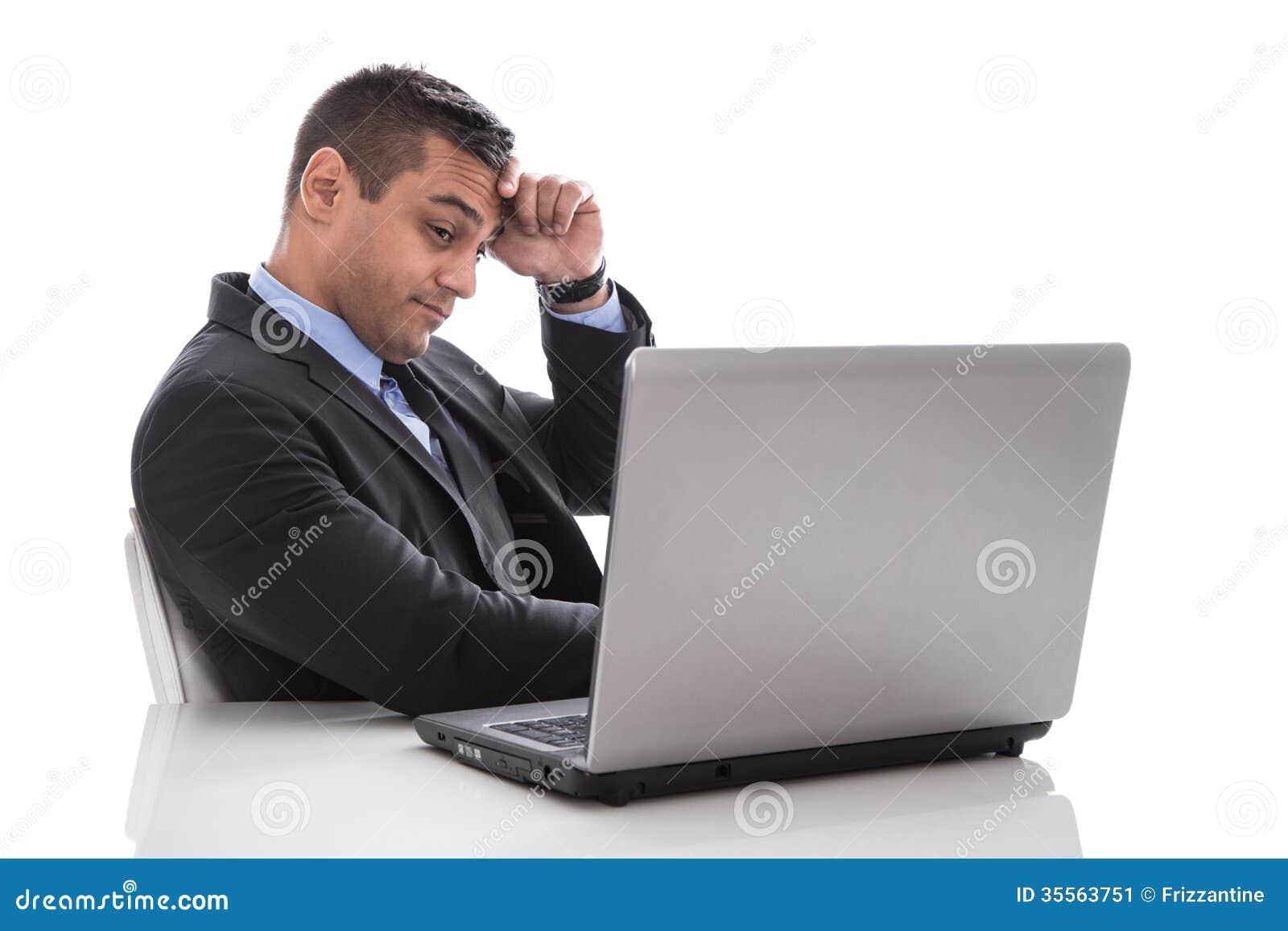 Отчаянный и вымотанный изолированный менеджер на столе - прогаре.