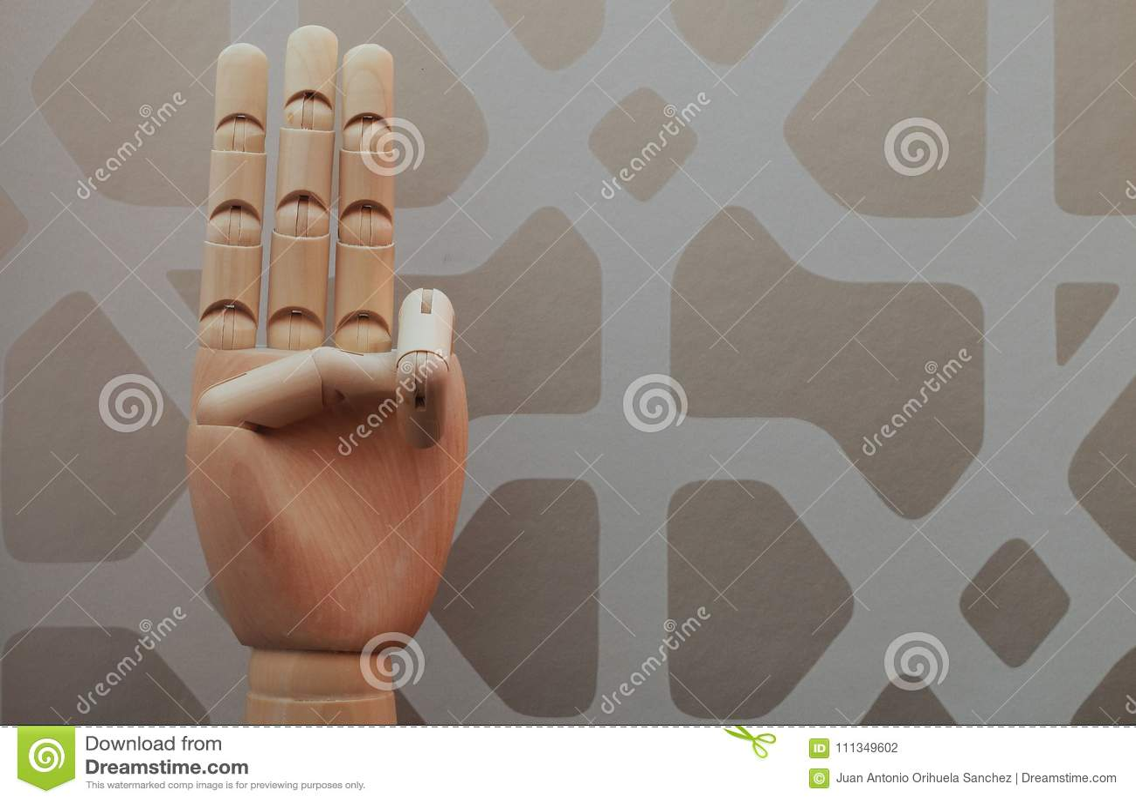 Отчетливо произношенная деревянная рука с 3 пальцами подняла в аллюзии 3