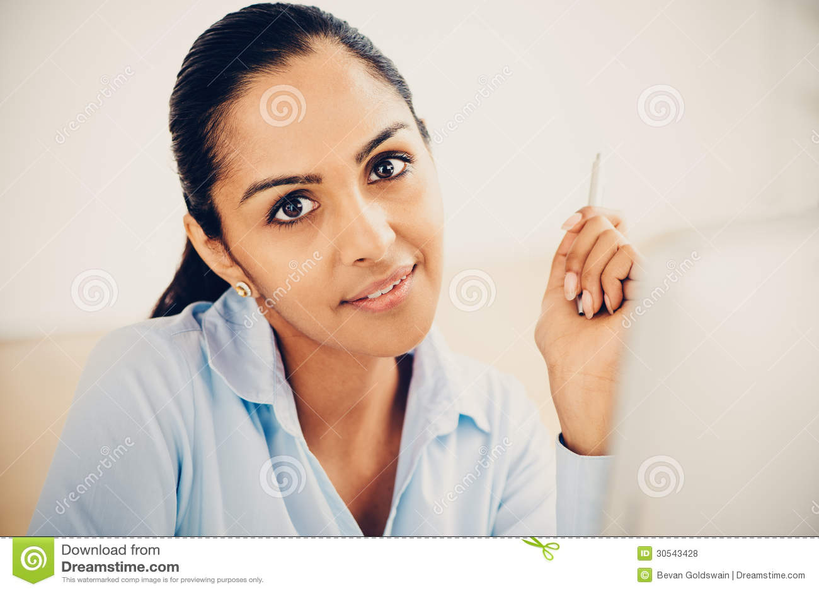 Офис индийской бизнес-леди милый усмехаясь