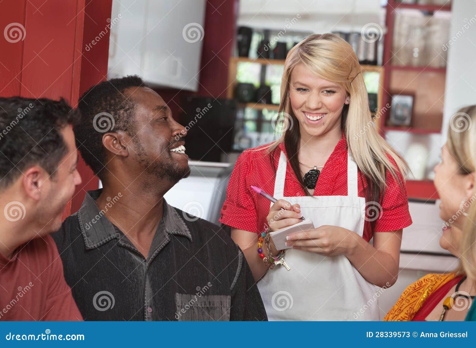 Официантка принимая заказы на кафе
