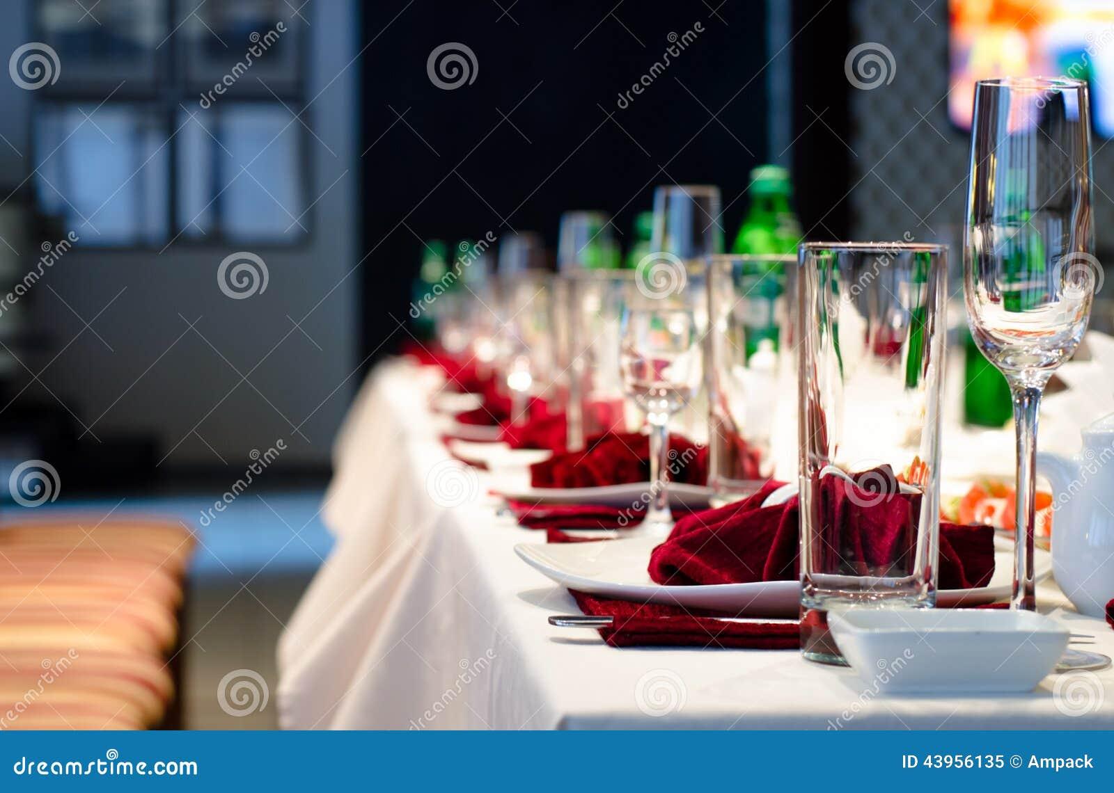 Официально стильная установка на обеденном столе