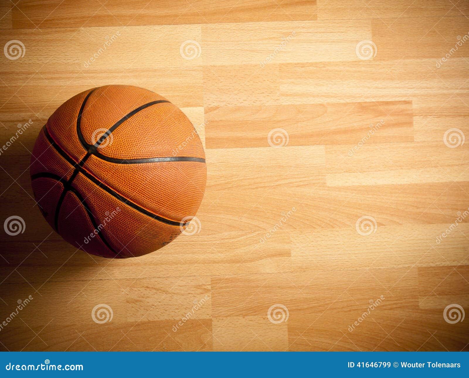 Официальный оранжевый шарик на баскетбольной площадке