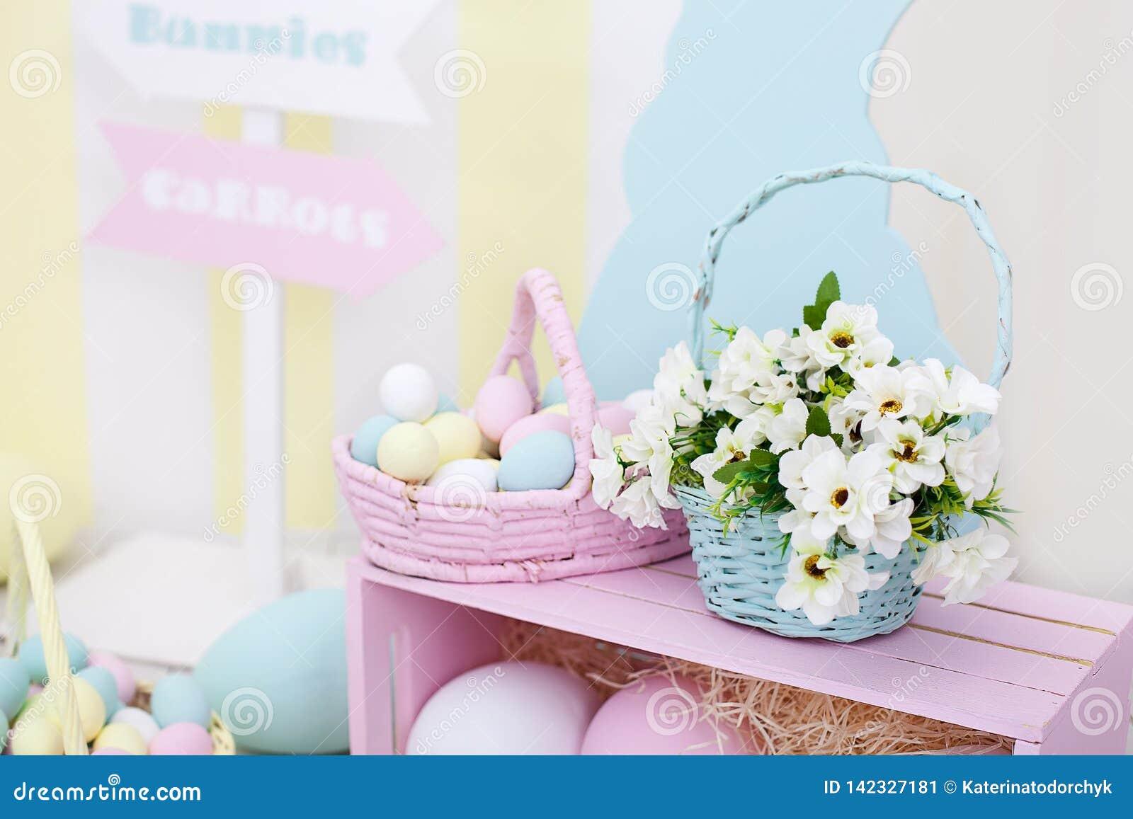 Оформление пасхи и весны Большие пестротканые яйца и зайчик пасхи