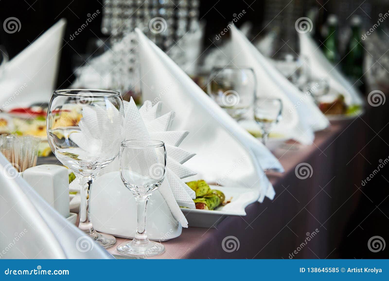 Оформление сервировки стола ресторана со стеклами для вина Различные еды для гостей