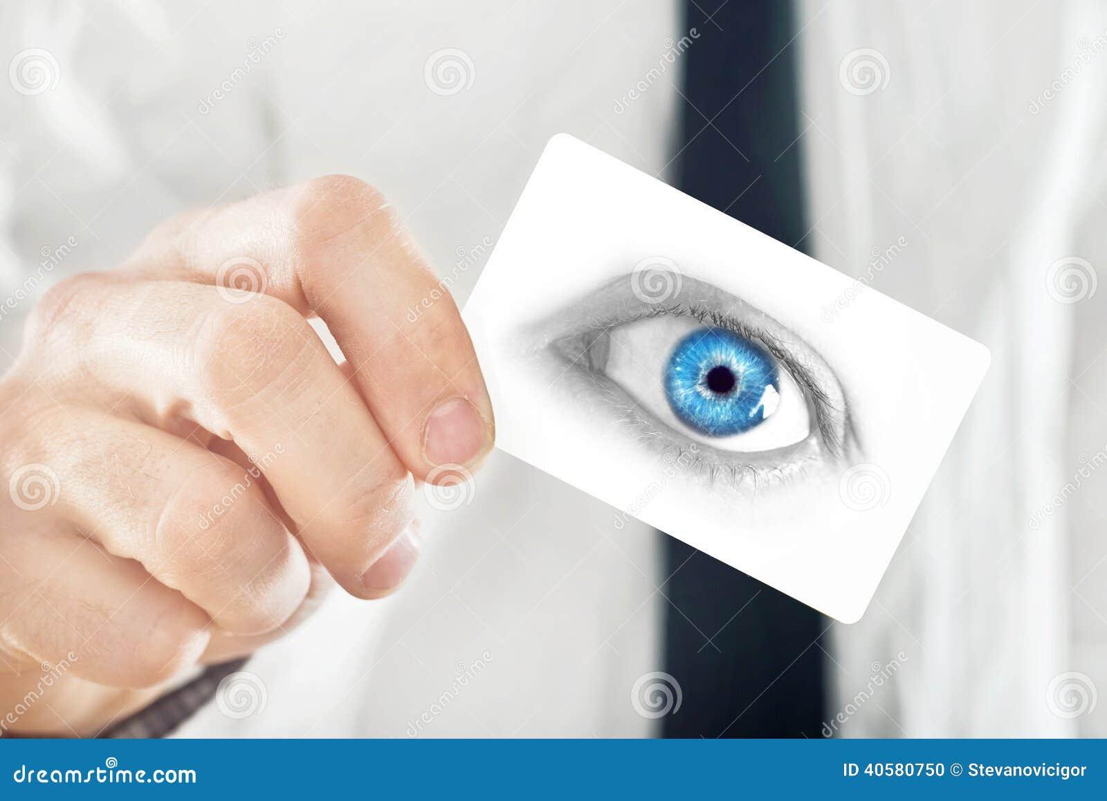 Офтальмолог давая его карточку посещения
