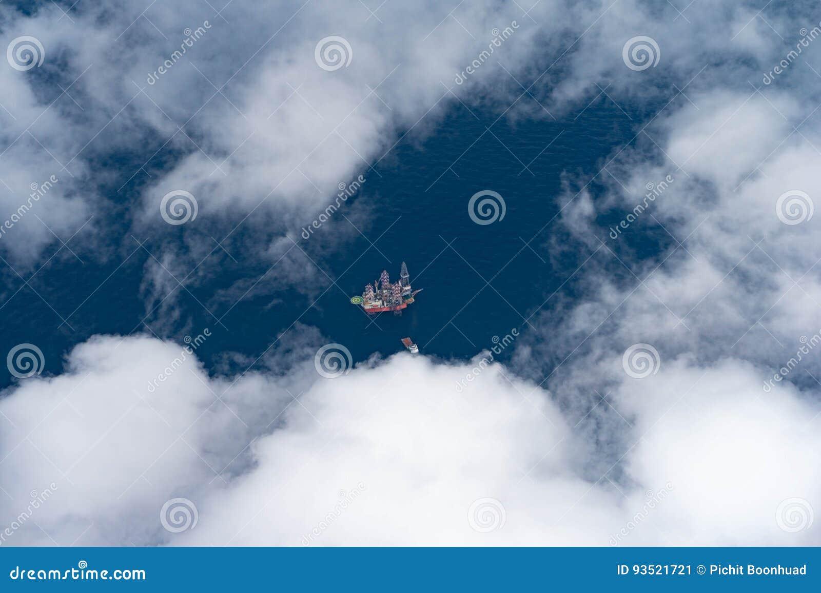 Оффшорная буровая установка нефти и газ на глубоком море с шлюпкой поставки пока газовая скважина завершения
