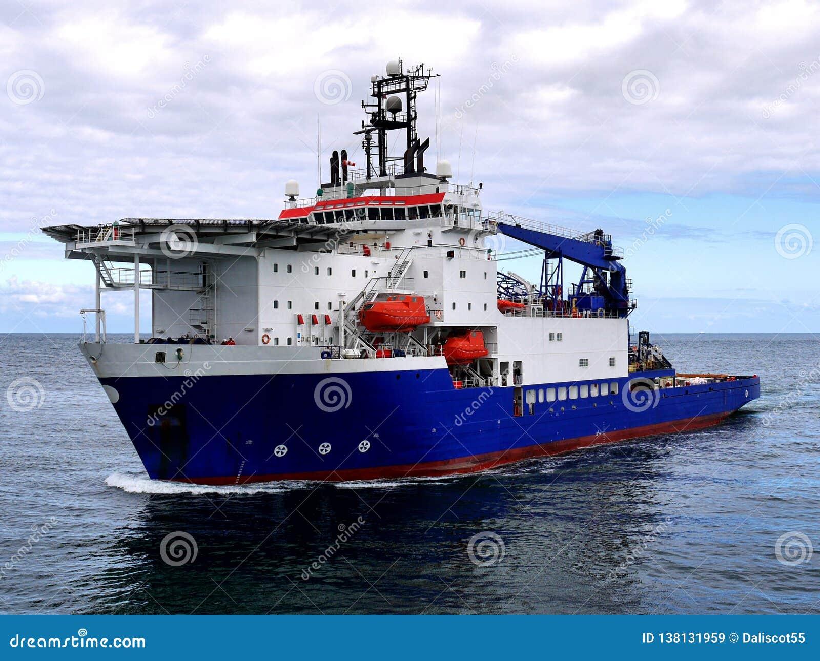 Оффшорное вспомогательное судно на море