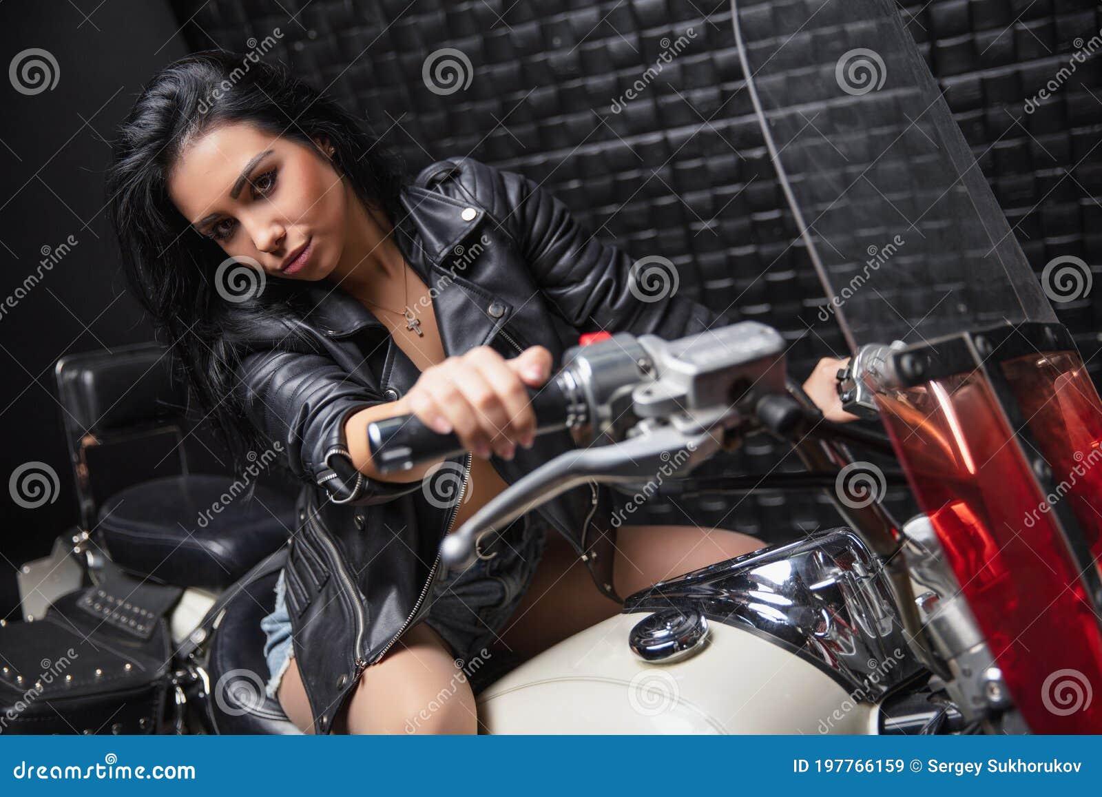 Шикарная Брюнетка Позиует На Мотоцикле
