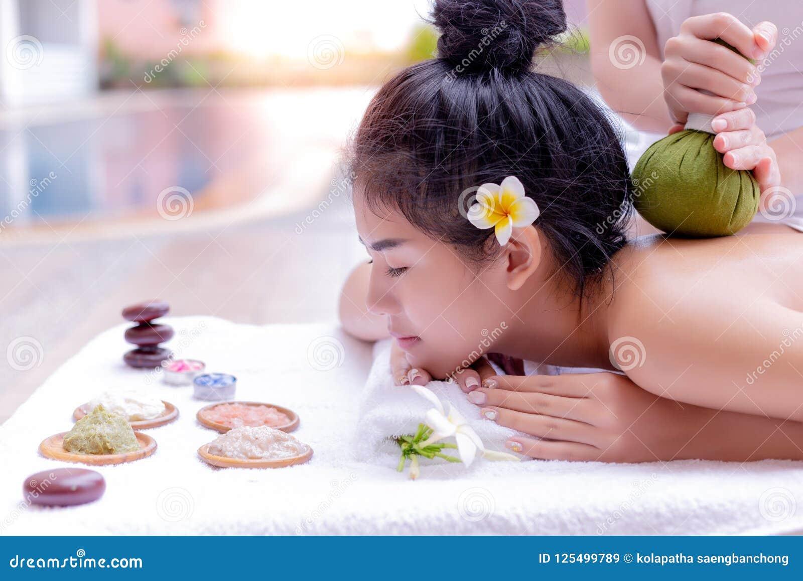Очаровательная красивая азиатская влюбленность женщины для того чтобы получить массаж и aromather