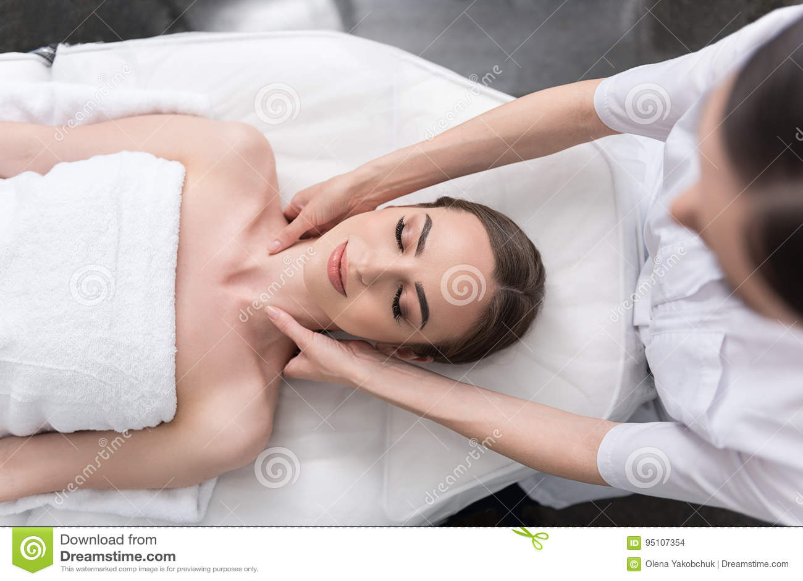 Девушка делает массаж сверху индивидуалки пафос
