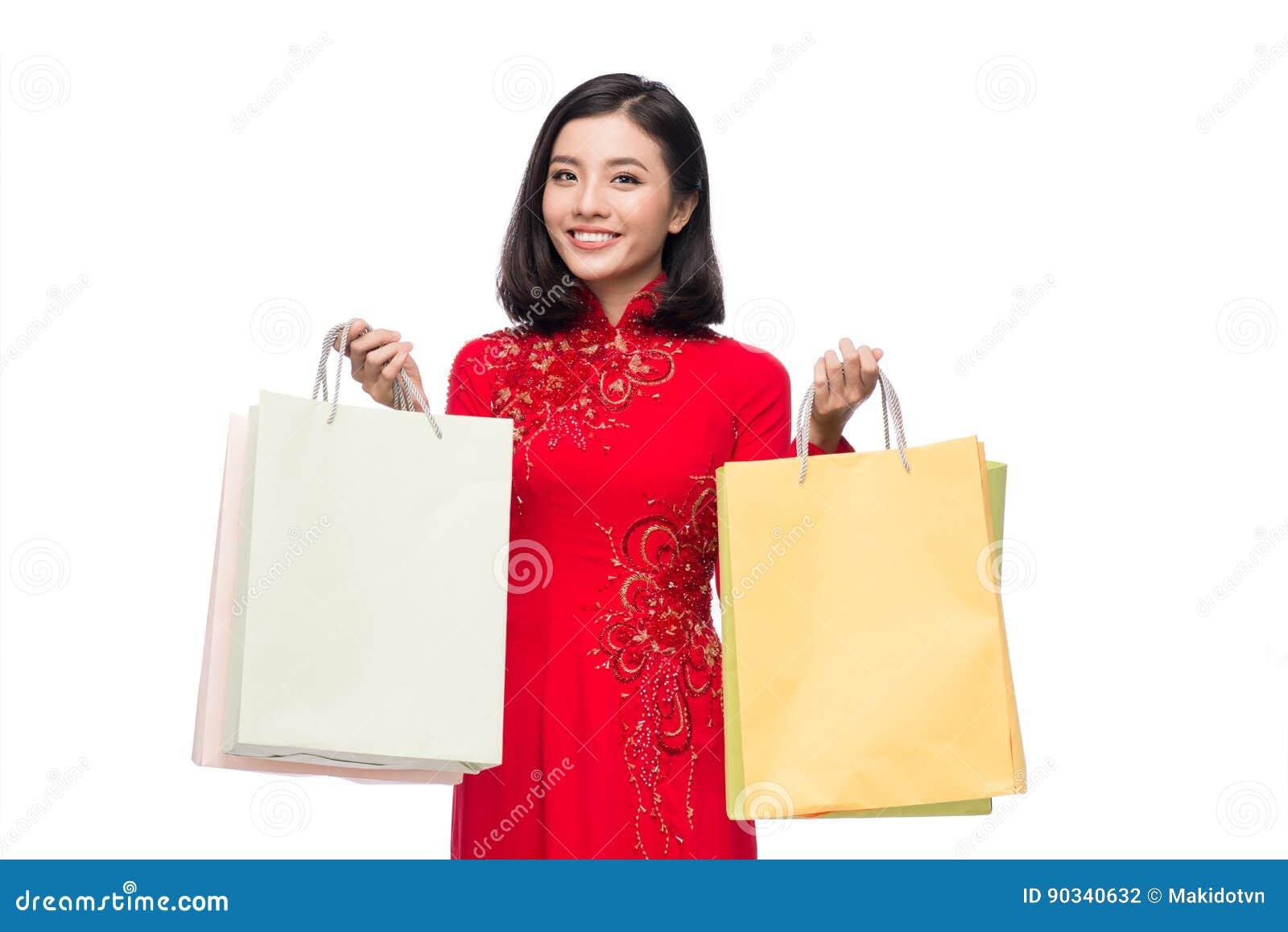 Очаровательная въетнамская женщина в красном holdin платья Ao Dai традиционном