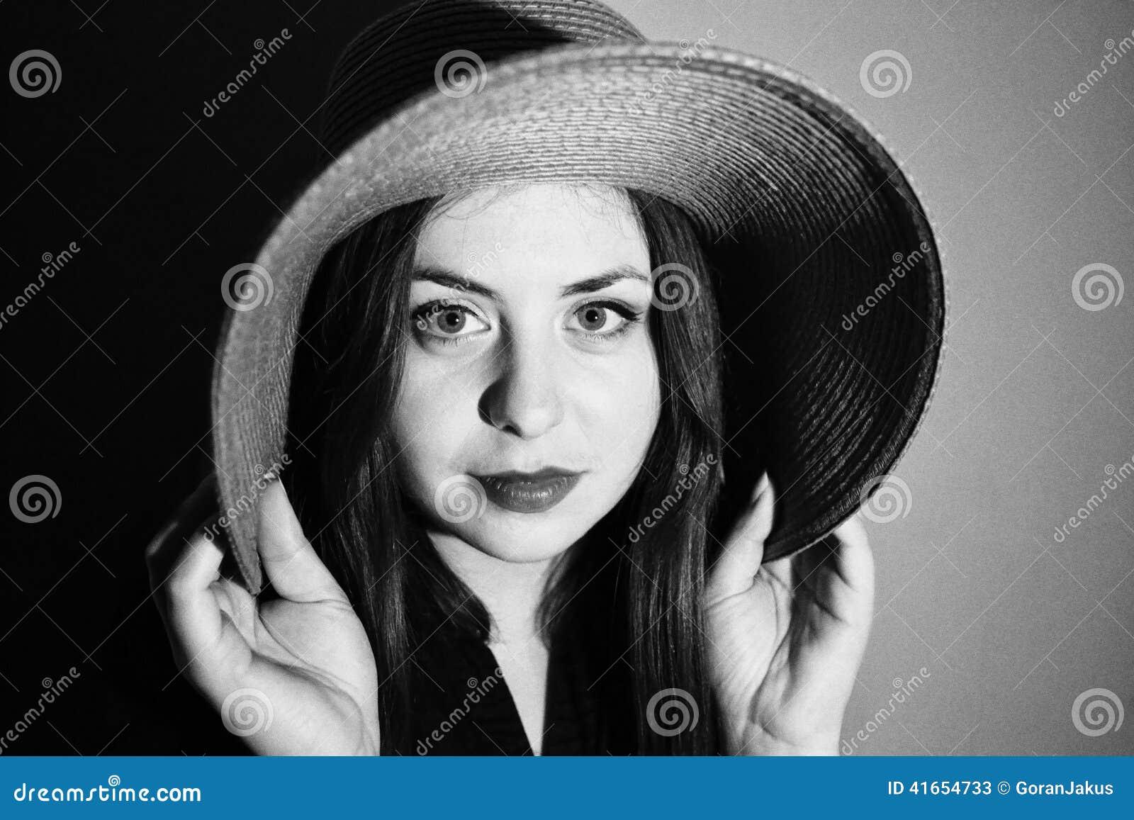 Очаровательная девушка с розовой шляпой черно-белой