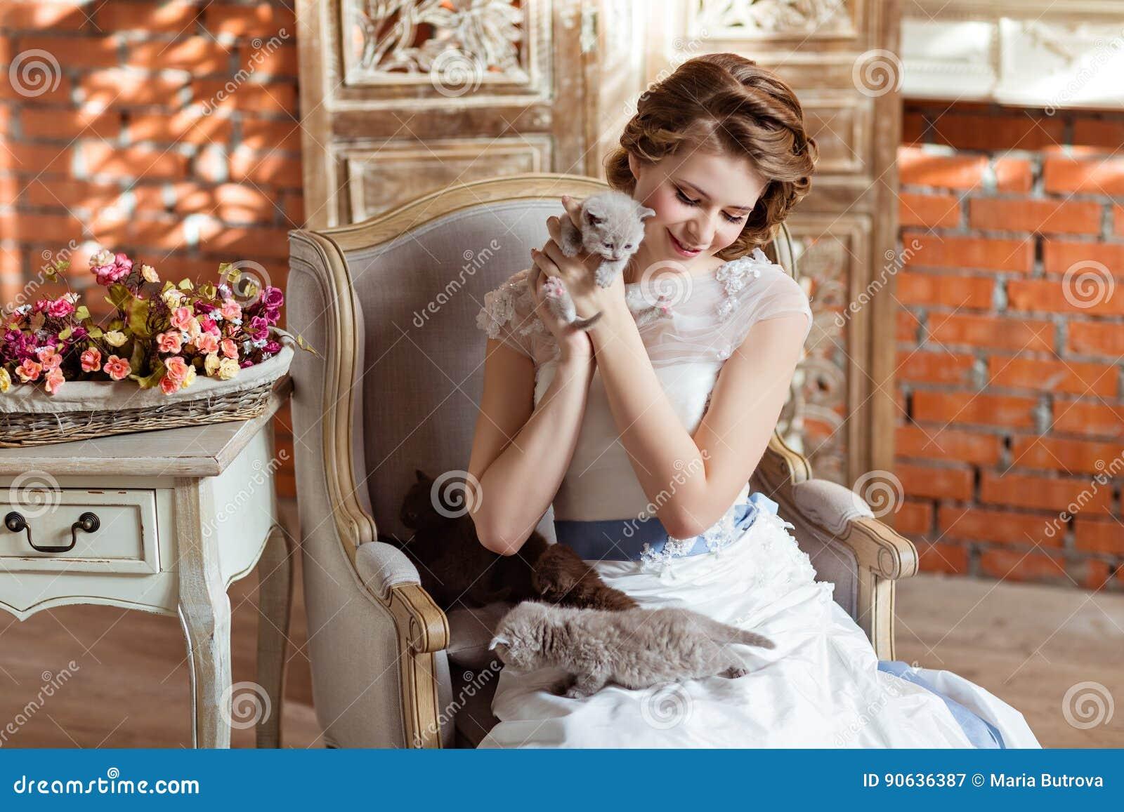 В белом платье на кресле