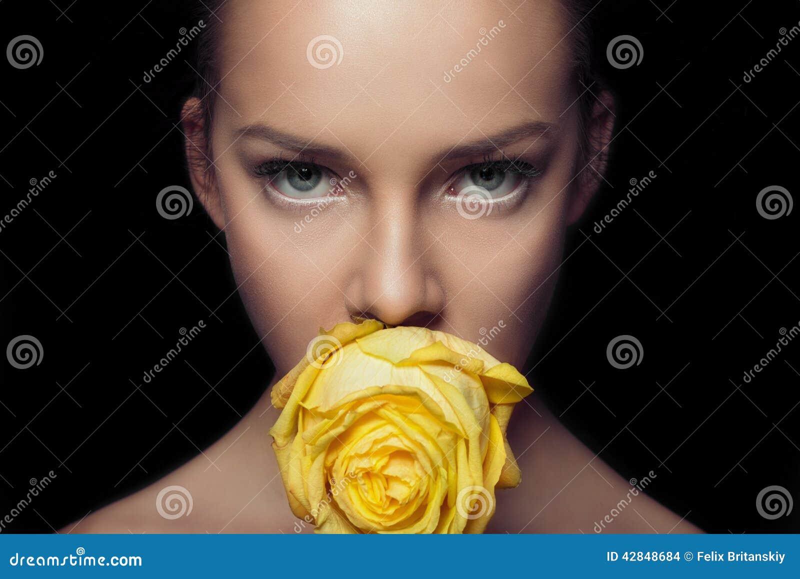 Очаровательная сторона с взглядом рапиры поднял желтый цвет