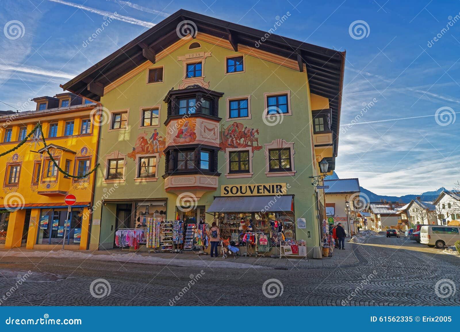 Очаровательный малый баварский городок с любяще покрашенными домами