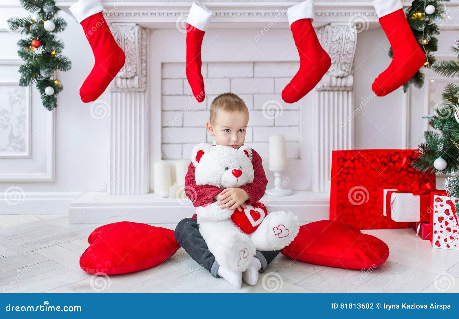 Очаровательный мальчик с большим приполюсным медведем игрушки