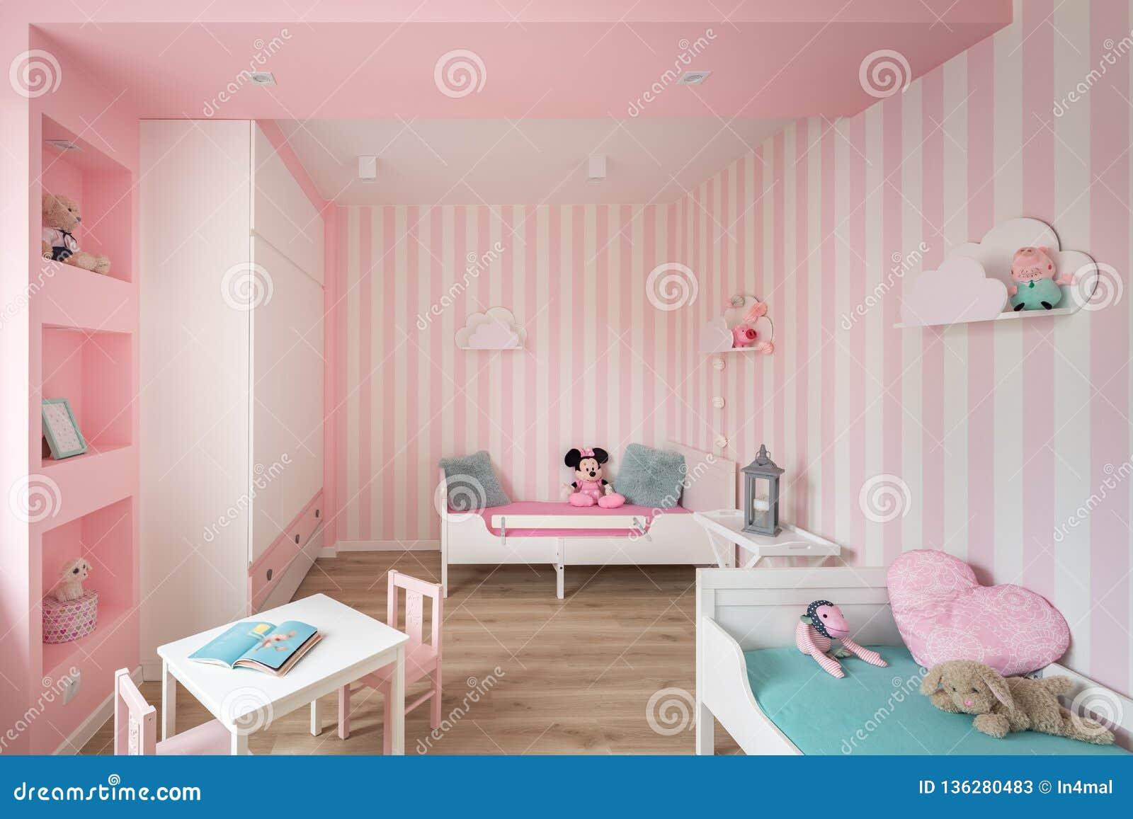 Очаровывая комната ребенка в пинке