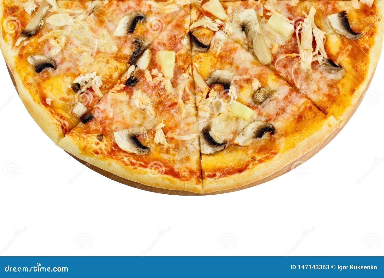 Очень вкусная пицца с ананасом моццареллы грибов цыпленка на деревянной доске на изолированной белой предпосылке