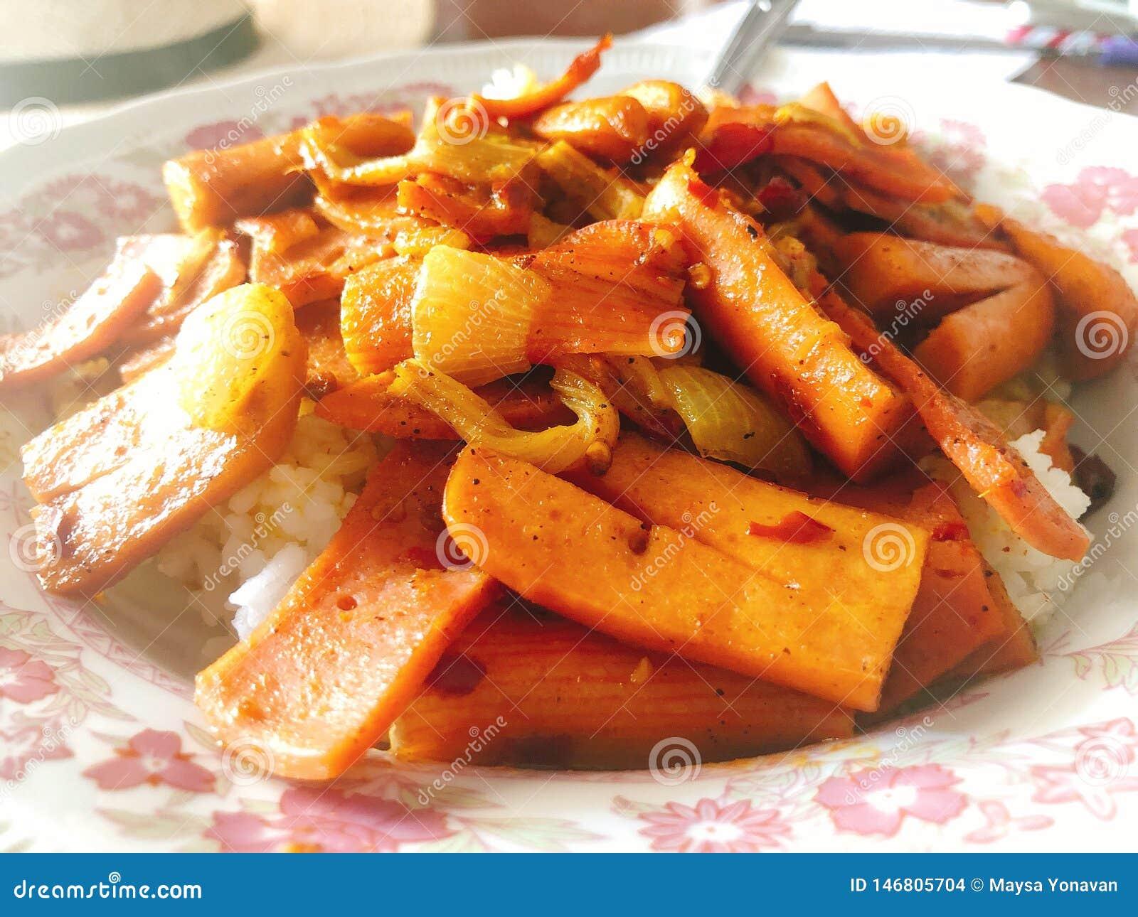 Очень вкусная Тайская кухня; пошевелите картофель фри