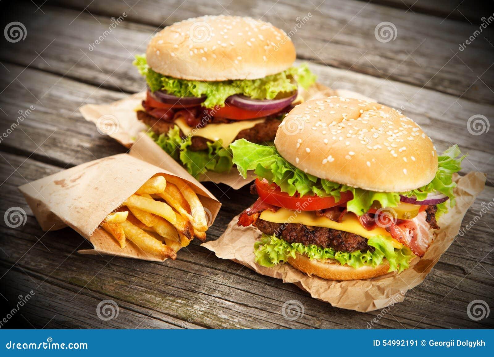 Очень вкусный гамбургер и фраи