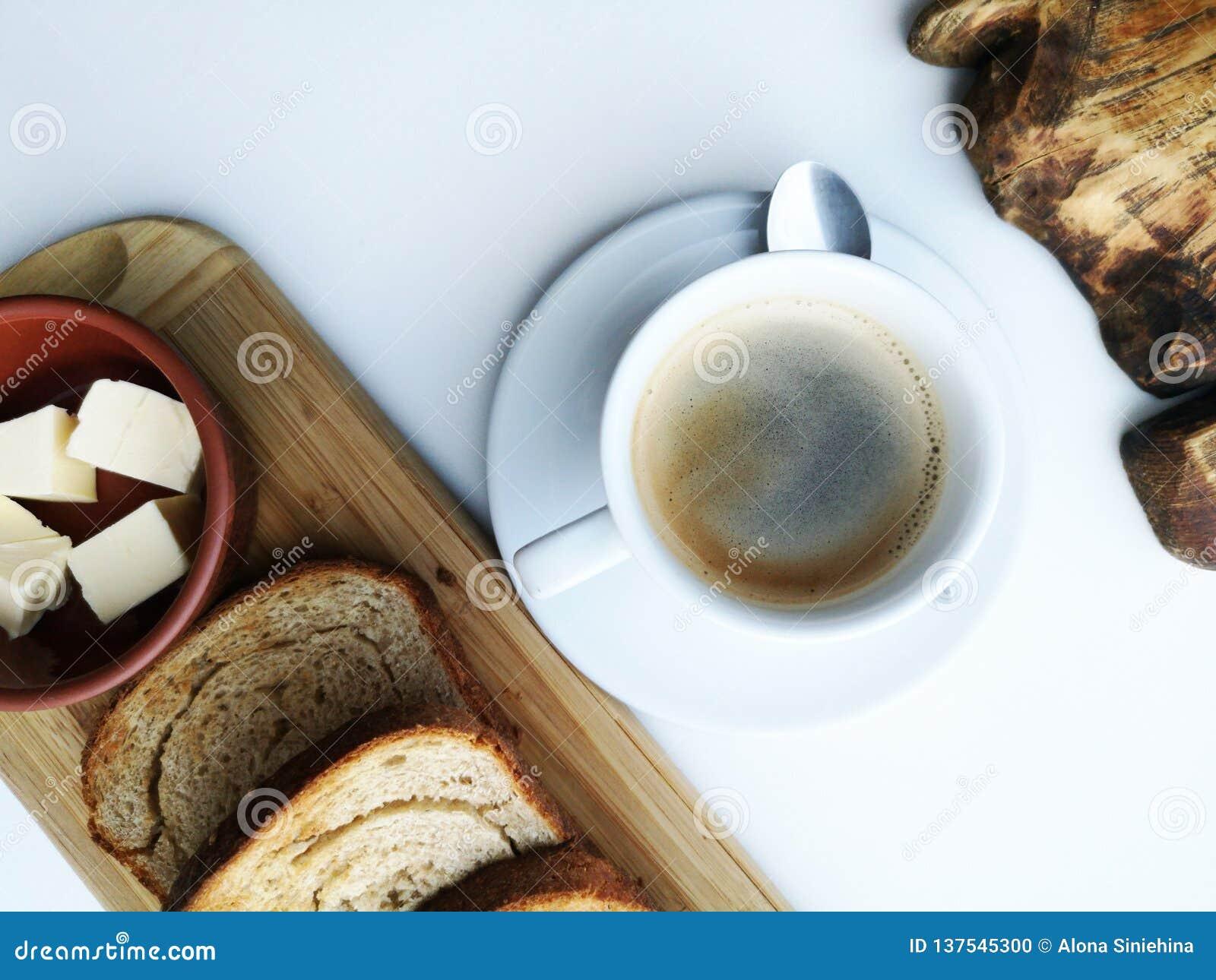 Очень вкусный завтрак: кофе, гренки, взбитые яйца в лотке Еда страны