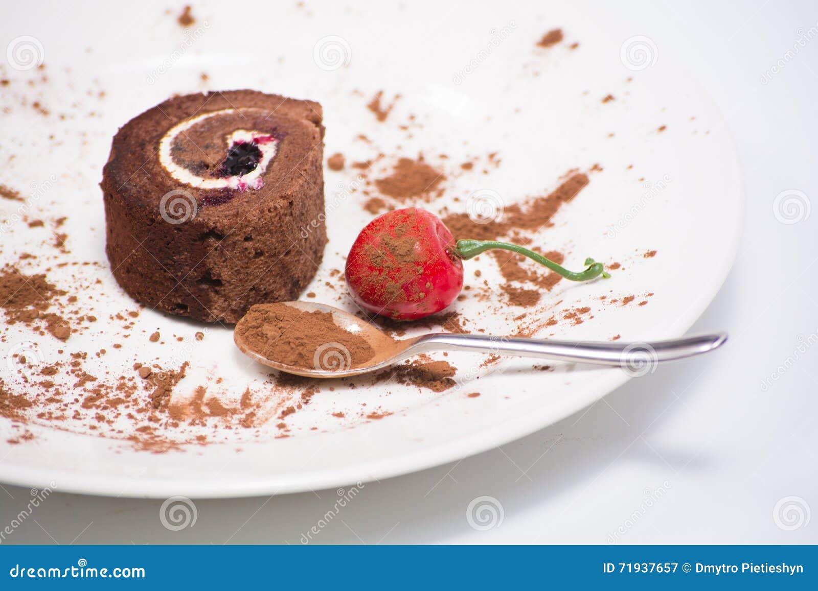 Очень вкусный крен шоколада в плите на белой предпосылке